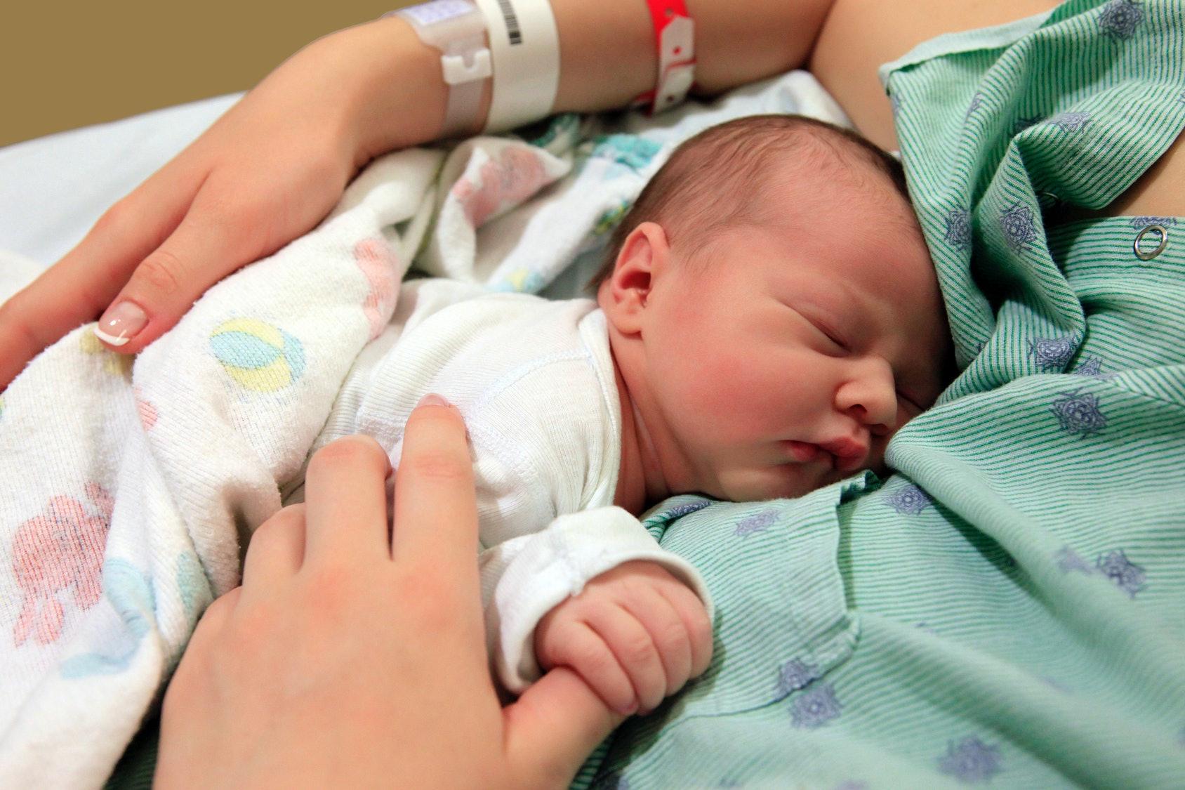 Фото новорождённых детей девочек в роддоме