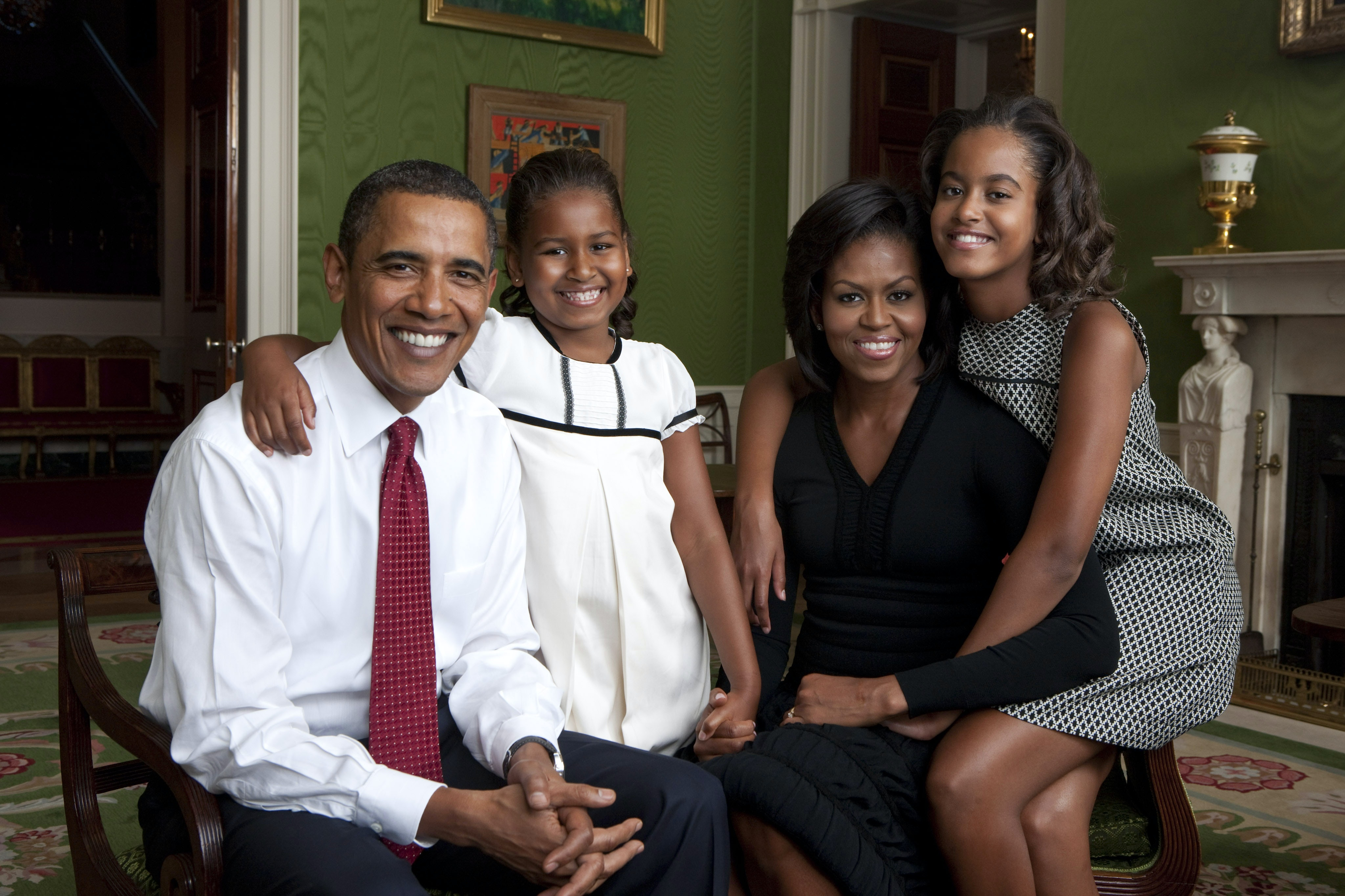 Every Family Portrait Of The Obamas While In Office, Ranked