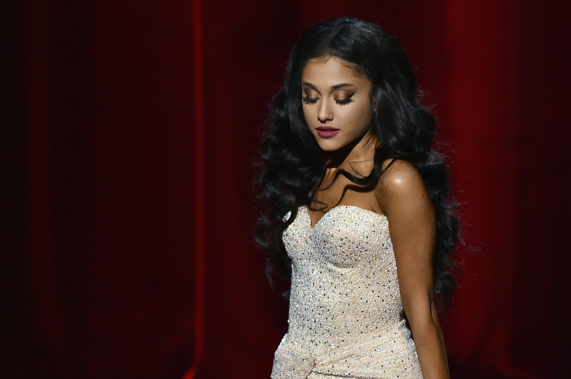 Ariana Grande Has Wardrobe Malfunction While Hosting 'Saturday Night Live'