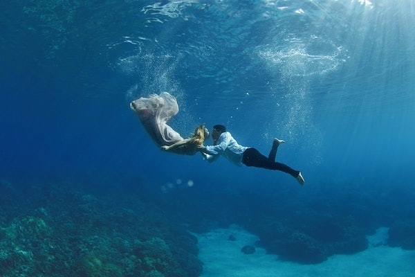 Couples underwater engagement photos are insanely beautiful
