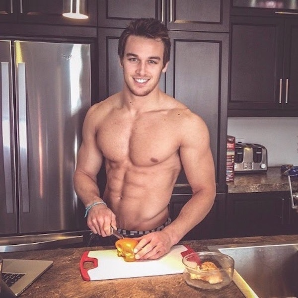 naked-guy-in-kitchen-youn-amateur