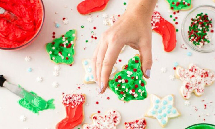 This Frosting Trick Will Make Christmas Cookie Decorating Totally Easy