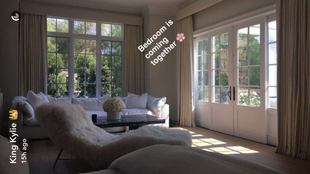 We Finally Know What Kylie Jenner S Bedroom Looks Like Thanks To Her Snapchat