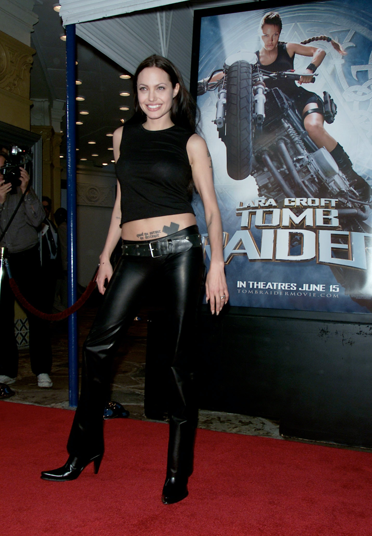 9177a2cd0cc 11 Angelina Jolie Outfits From The  90s   Early  00s That d Still Be  Totally Fashionable — PHOTOS