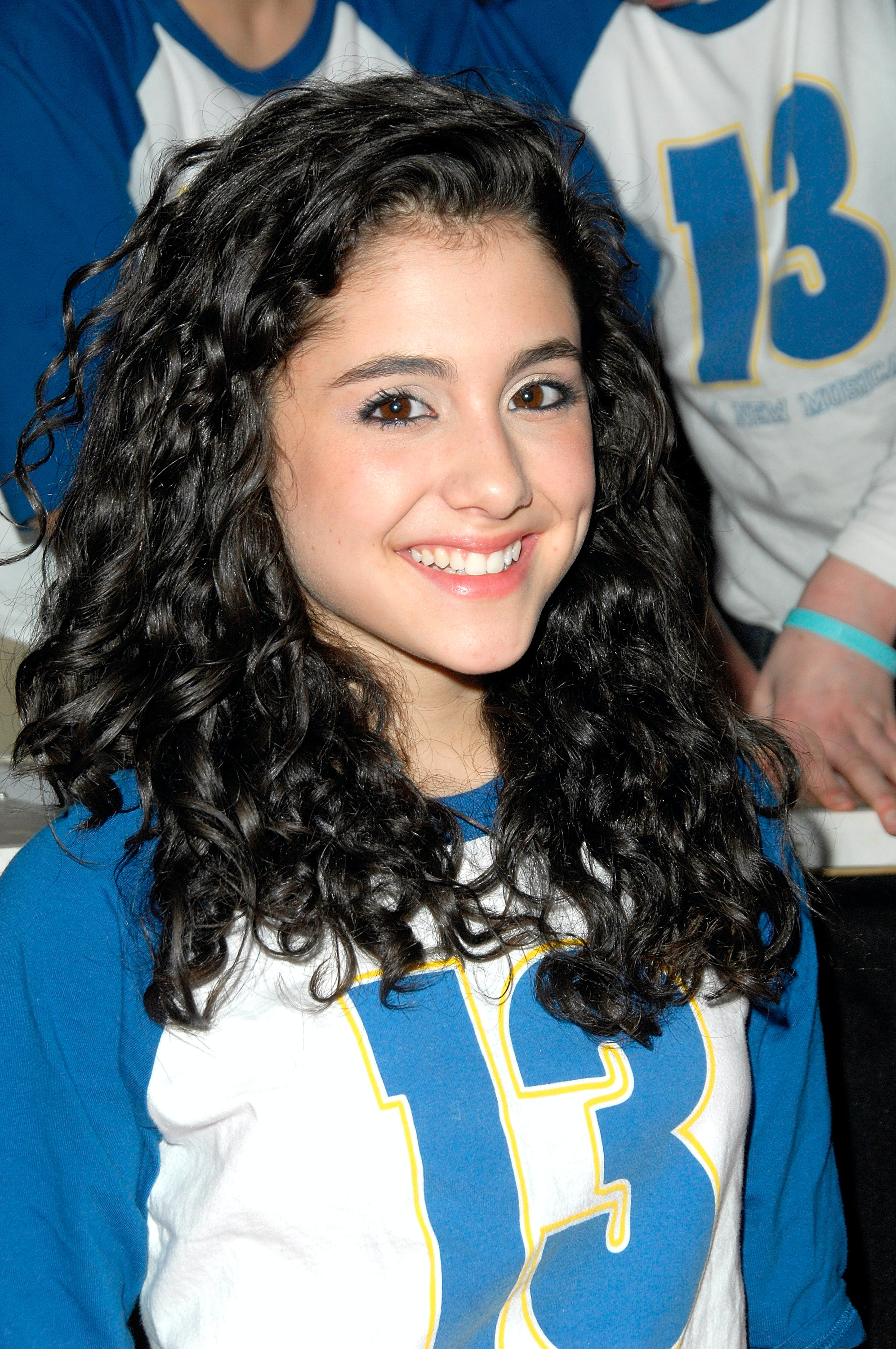 7 Ariana Grande Curly Hair Photos That Make Her Unrecognizable Photos