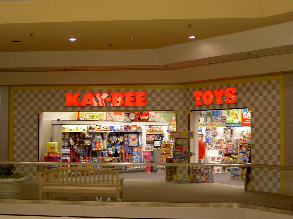 10 \'90s Mall Stores That Don\'t Exist Anymore