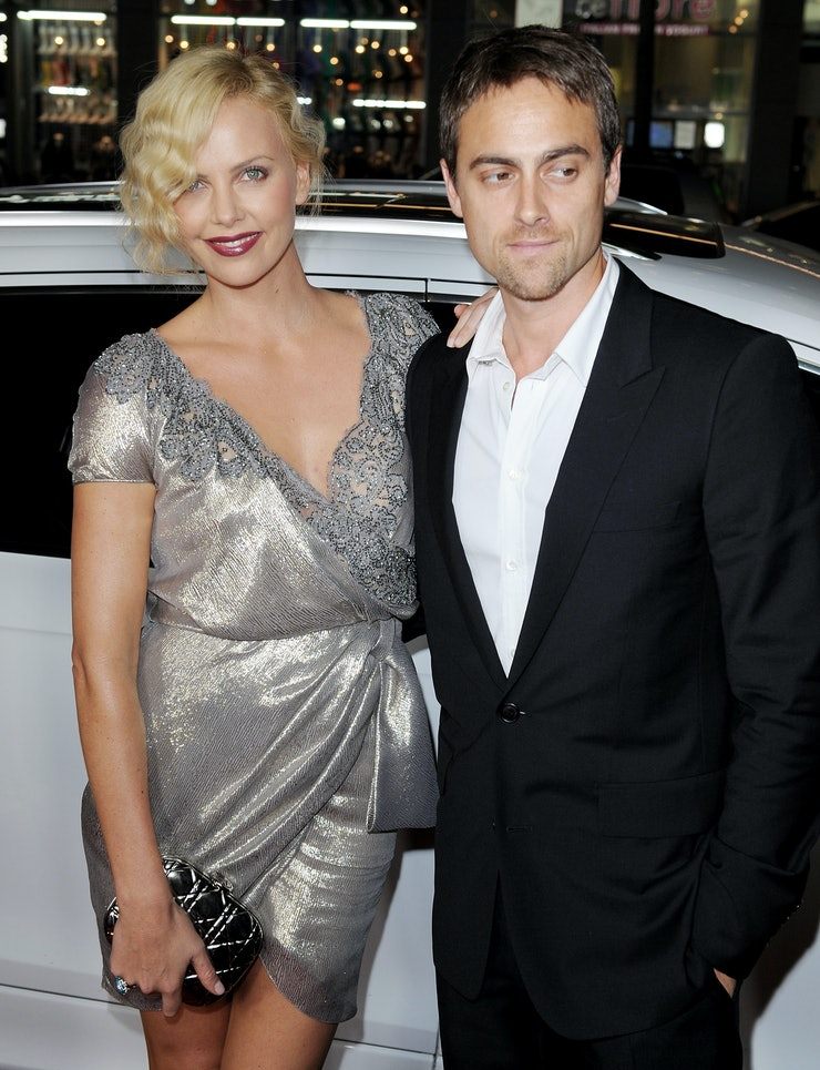 who dating charlize theron More about the charlize theron and david arquette dating / relationship more about the charlize theron and ryan reynolds dating / relationship more about the charlize.