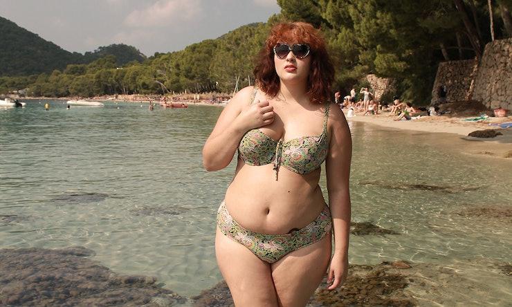 image Spy chubby mujer joven en el baño