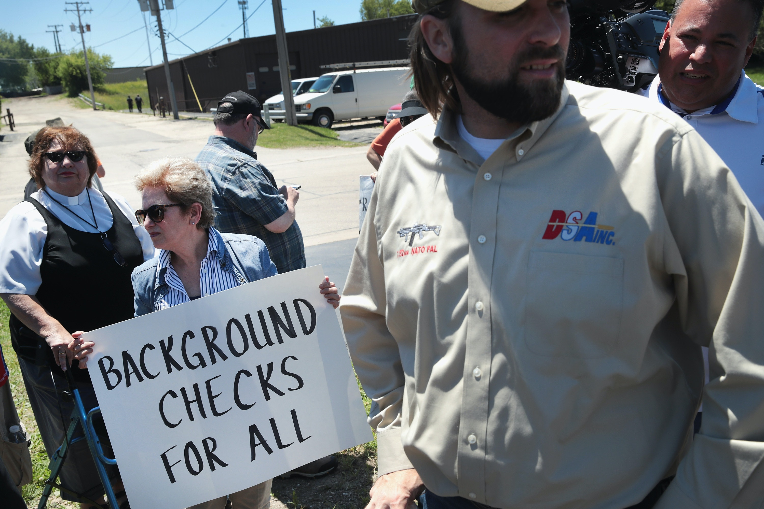 Bipartisan group in Senate aims to strengthen background check system for guns