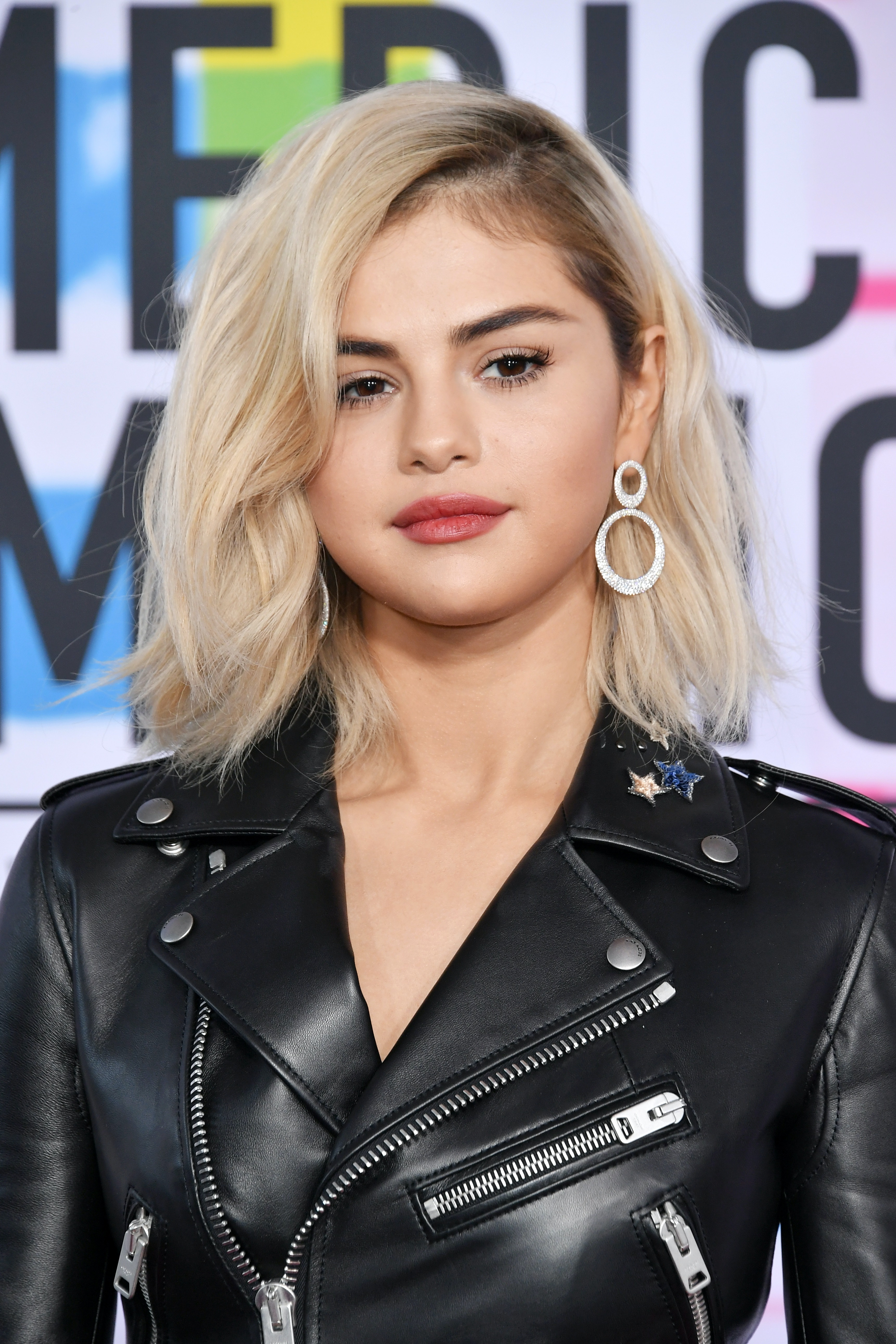 Is Selena Gomezs Blonde Hair Real The Singer Debuts A New Look At