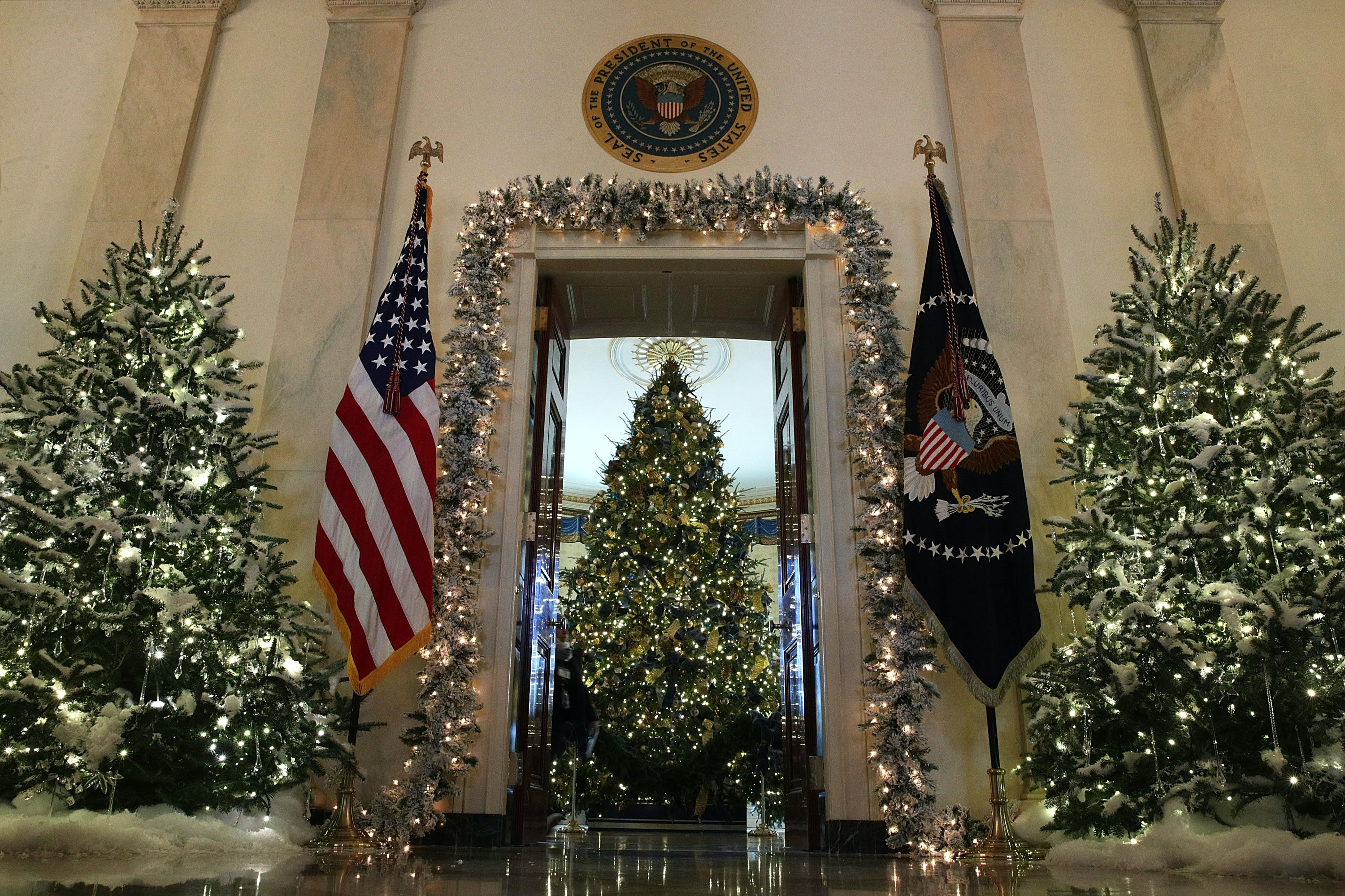 photos of trumps vs obamas white house christmas decorations are making us so nostalgic - Melania Christmas Decor