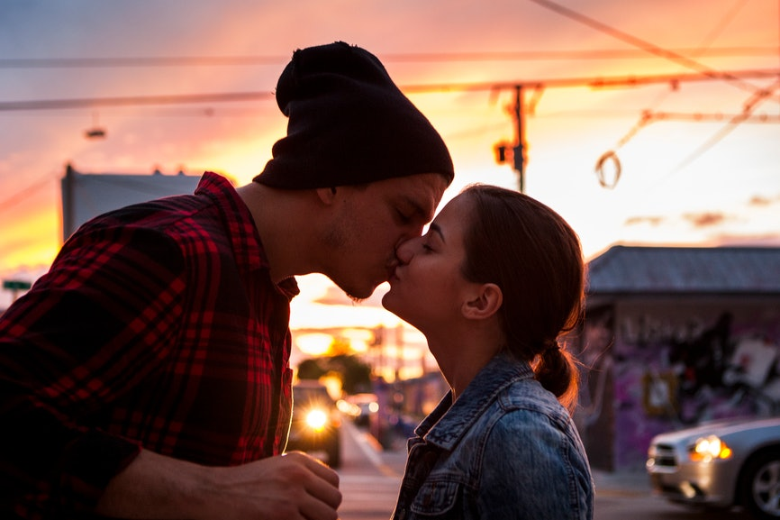The First Date Kiss Hookup On Online