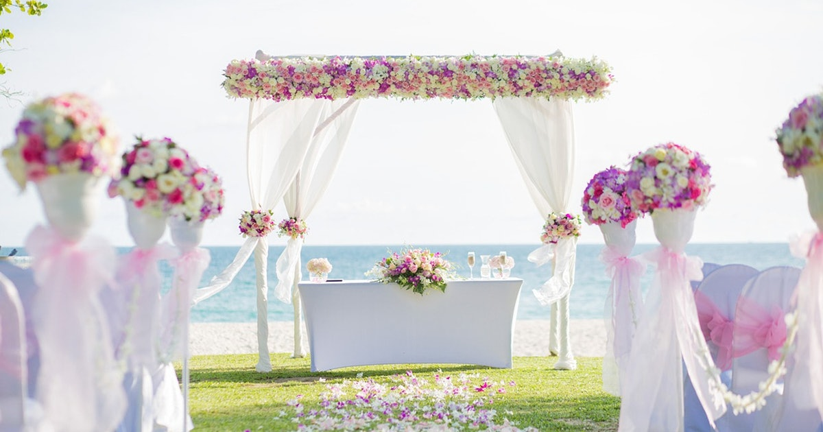 17 things you should never do at a wedding according to for Addobbi piscina per matrimonio