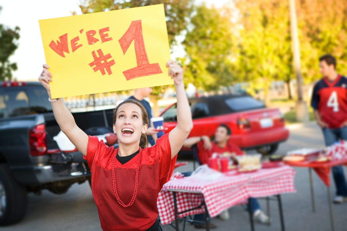 5 Game Day Tips From Bustle Editors For Throwing The Perfect Tailgate